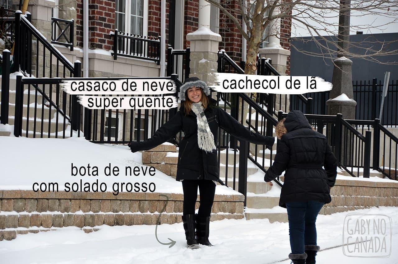 0ce18079f Nesta foto acima eu estou usando meu casaco preto de neve, minha bota  Sorel, todas as layers e um cachecol de lã super quentinho que comprei (se  não me ...